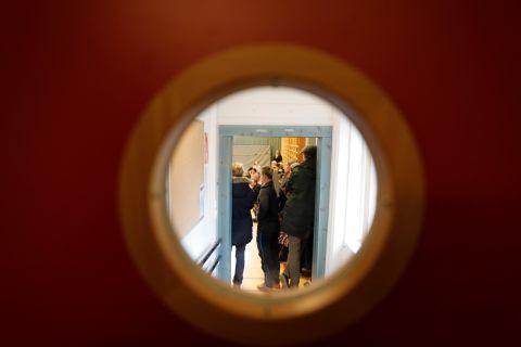 SAMLET I GYMSALEN: Elevene på Nordnes samlet seg i gymsalen etter at de fikk komme tilbake til skolen.