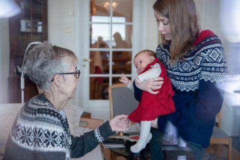 GAVEN: Barnebarnet Malin ble født samtidig som Liv lå på sykehuset for å bli operert for kreft. Liv strikket denne røde kjolen til henne. Datteren Tove har fått mariusgenser av sin mor.