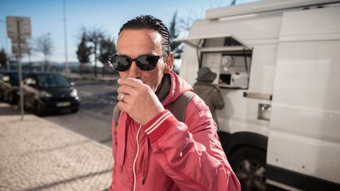 HJEMME IGJEN: Paul Mendes er født i Portugal, men bodde og jobbet mange år i USA som fisker. Han ble deportert tilbake til Portugal da han ble arrestert, og nå føler han at han begynner å få skikk på livet sitt. Han gir metadonprogrammet han er med i mye av æren for det.