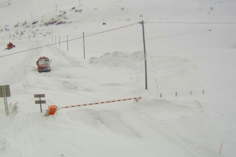 Snøskred, storm og uvær fører til trafikkaos i store deler av landet