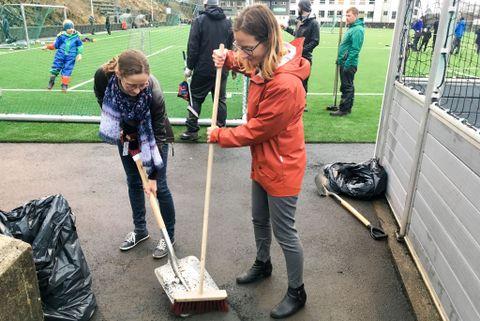 STORT SVINN: Flere tonn med gummikuler forsvinner ut i naturen fra norske kunstgressbaner hvert år. En årlig dugnad er ett av tiltakene Bergen kommune nå innfører for å begrense svinnet.