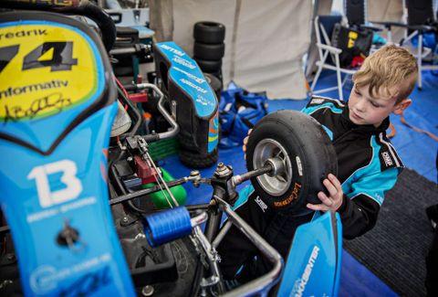 HJELPER: Fredrik Thomassen Sleen hjelper til med å gjøre klar sin egen bil.