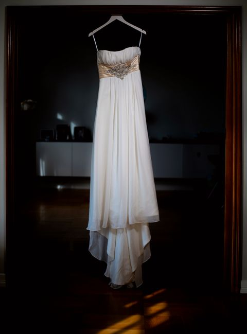 TIL SALGS: Nå er Lines brudekjole til salgs. Hun innser at hun aldri kommer til å bære den.
