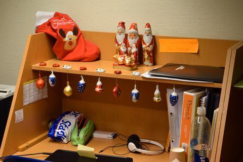 Kollegene ved Ryenberget skole overgikk hverandre i kreative påfunn. Som å julepynte kontorpulten med sjokolade.