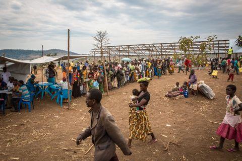TAR IMOT: Kongolesiske familier står i kø for å registrere seg for nødhjelp. Over 70.000 kongolesere har ankommet Uganda siden starten av året. Majoriteten har flyktet med båt over Albertsjøen fra provinsen Ituri.