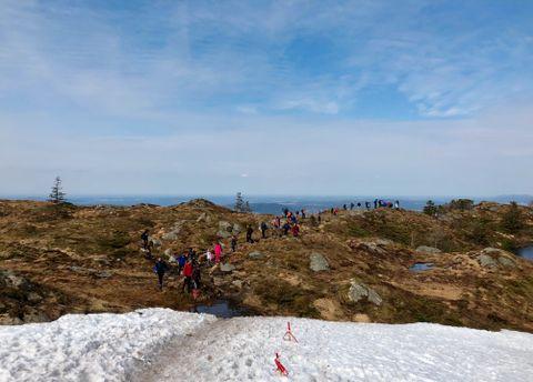 FREMDELES SNØ: Noen steder var det fremdeles mye snø igjen. Her fra veien opp mot Rundemanen fra Sandviksfjellet.