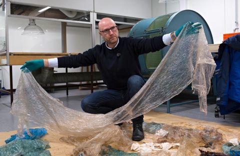 PLASTHVAL: oolog Terje Lislevand viser frem innholdet i magen til hvalen som ble funnet på Sotra i februar i 2017.