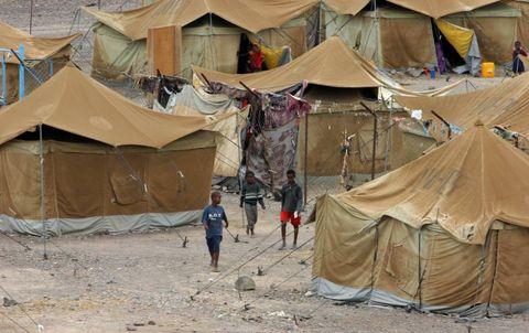 OPPVEKST: Zahra og Shou-Shou vokste opp i denne flyktningleiren, sør i Jemen.- Jeg ble spyttet på, slått og hånet på grunn av utseendet mitt. I flyktningleirene har handikappede mindre verdi enn hunder, forteller Zahra. FOTO: KHALED ABDULLAH