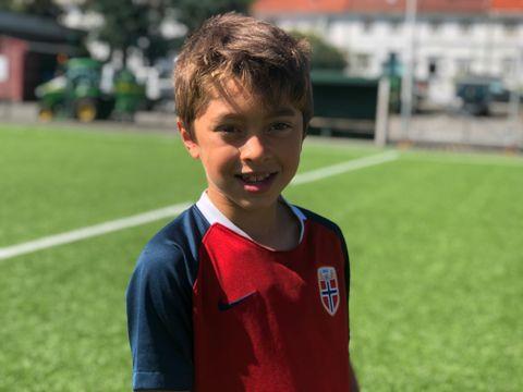 Fredrik (7) elsker å spille fotball.