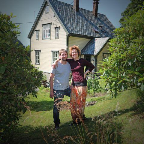 SLIK LEVER DEI DER: Idun Losnegård (39) omtalar flyttinga tilbake til heimtraktene i Stongfjorden etter 14 år i London som «draumen om det meir naive tilværet». Her lever skodespelaren saman med ektemannen Jeff Pedersen (37) frå USA og døtrene Elinor (5) og Lea (3).