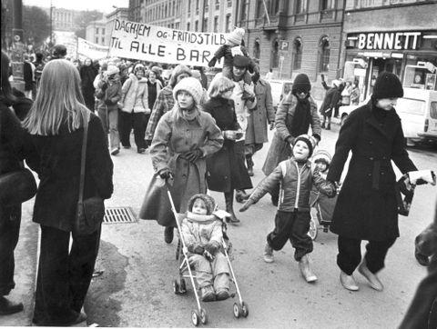 TOG: Hvert år er det 8. mars-tog over hele verden. Hvorfor? Her fra demonstrasjon 8. mars 1976. Kvinnedagen, Karl Johans gate. (Daghjem = barnehage).