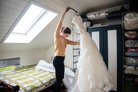 SKUFFELSE: For Randi Kleppe (27) er denne kjolen et minne om en stor skuffelse. Hun vil ikke ha den i hus lenger.
