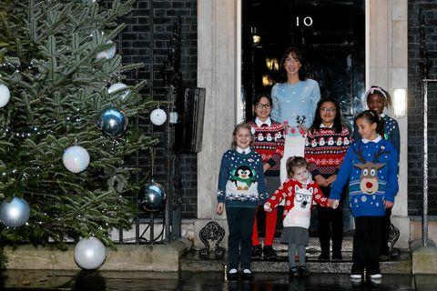 Den britiske statsministerfruen Samantha Cameron poserer iført en julegenser i forbindelse med et veldedighetsarrangement tidligere i desember.