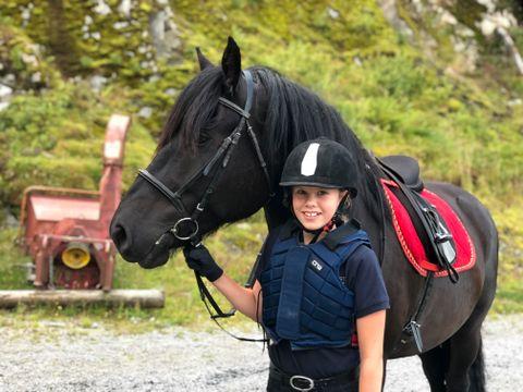 DEN STØRSTE: ((NAVN)) fikk ri den største hesten på gården.