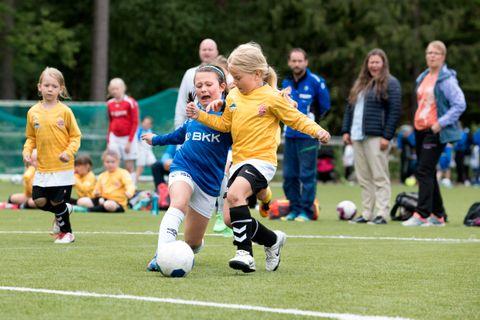 KJEMPER OM BALLEN: Sanna (8) fra Bulken og Ingeborg (8) fra Eldar, kjemper om ballen. Til venstre løper Eirin.
