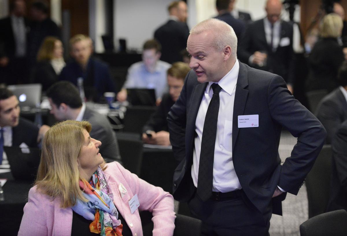 2870ffa1 Mens konserndirektør Anders Opedal hadde mørk dress, valgte konserndirektør  Margareth Øvrum rosa da Statoil møtte investorer, analytikere og presse i  London ...
