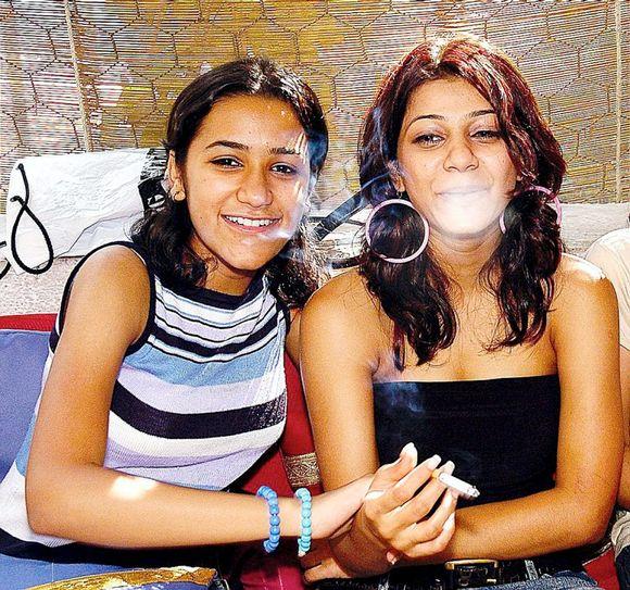 fb1b1f13 Nishreen (16) og Pooja (16) synes mange indiske jenter har det for strengt,  og sier at det hadde blitt bråk om foreldrene så dem slik.