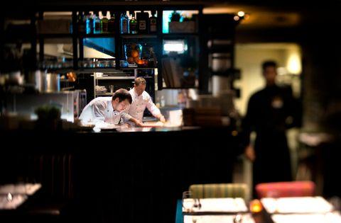 GJESTFRI: Ibsen Restaurant & Bar er en gjestfri restaurant som vinner hjerter på god service, skriver Amanda Bahl. På kjøkkenet arbeider Mate Vega og Dénes Farkas Dlusztus.