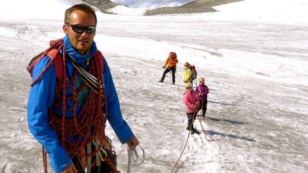 e68bd88e Eivind, kona Katrine og barna Gjendine, Marikken og Ea på vei opp til  Galdhøpiggen i fjor sommer. Eivind Eidslott