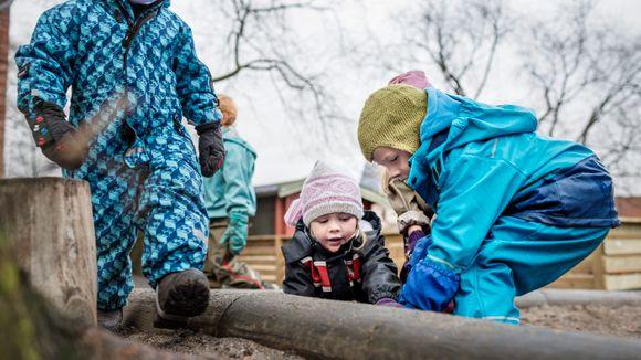 290a9a35 Gjett hvor barn leker på sitt mest energiske: inne eller ute i barnehagen?