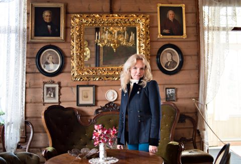 PÅ TROLDHAUGEN: Lucinda Riley besøkte Trodhaugen i fjor i forbindelse med boken. FOTO: ROAR CHRISTIANSEN