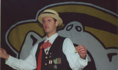 POMPØS TYPE: Høsten 2000 fylte Svæveru'-koret 50 år. Siden Øyvind Rafto hadde det tunge «Sør-vervet» under jubileet, måtte han holde den særdeles pompøse, prestisjetunge, myteomspunne, hemmelige, og nærmest hellige «Turku-seremonien» for skolen.