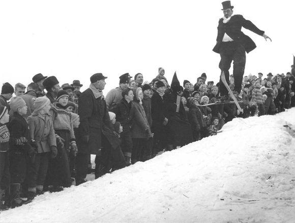 90b62e04 Langt ut på 1960-tallet var det populært at voksne herrer kledde seg ut og  arrangerte kostymerenn. Dette ble arrangert i Sisiken på Engebråtjordet på  ...