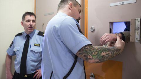 I BEREDSKAP: Tre fengselsbetjenter passer på idet en av de innsatte på avdeling A slippes ut for en tur i luftegården. Mannen har en historikk med selvskading og utagering. Denne gangen går det rolig for seg mens fengselsbetjent Tommy Berg Andersen setter på håndjernene.
