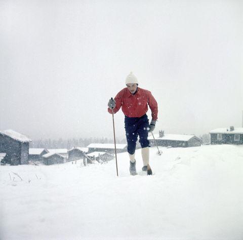 KONGEN AV 1960-TALET: Gjermund Eggen blei den store vinnaren under VM på ski i Oslo i 1966. Han tok tre gull. Her ladar han opp til meisterskapet. Han smurte heilt sikkert skia sine sjølv. FOTO: SCANPIX