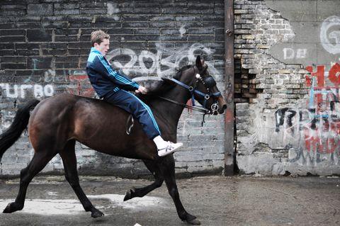 De unge hesteguttene i Dublin bruker hverken sal eller hjelm når de rir.
