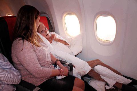 PÅ VEI HJEM: Solfrids kropp måtte støttes opp av mange puter på den vel 3 timer lange flyturen fra Alicante til Bergen. Ved siden av henne satt sykepleier Trude Kristin Haugen.