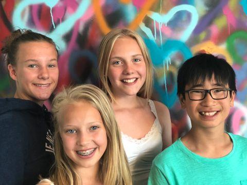 LAGET DANS: Fra v. Hanna (12), Alma (11), Tinna (12) og Mats (11) laget ulike danser til forestillingen. – Det var det vi ville gjøre, forklarer Hanna og Tinna.