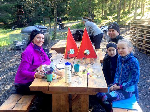 TUR MED NY VRI: Søndag laget Karoline (9) og Kristian (6) figurer sammen med foreldrene sine på Fløyen, i regi av Naturlab.