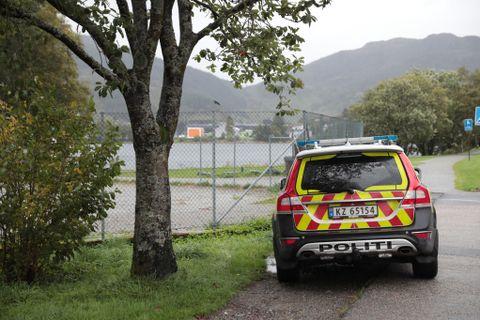 HUNDEPATRULJEN: En av hundepatruljene søker rundt Liavatnet.