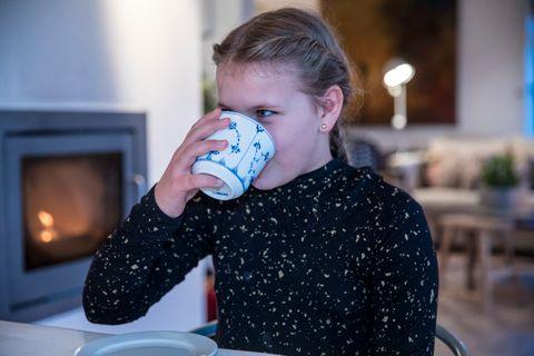 MELLOM SLAGENE: Mellom konsertene i Grieghallen og turneen hun snart legger ut på er det godt å ta seg en kopp kakao for å slapp av. – Oppskriften er så mye sukker du kan tenke deg, sier Hermine Oen.