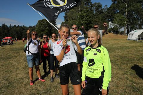 SOGNDAL J14: Kirsti Fimreite Borger (til h.) og Emma Husum spiller på Sogndal J14. De forteller at de sjeldent opplever dårlig oppførsel på sidelinjen. I bakgrunnen er ivrige Sogndal-supportere.
