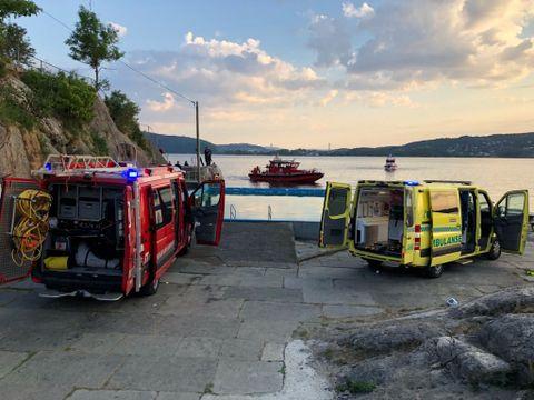 MANN HENTET OPP: Torsdag kveld ble en mann hentet opp fra sjøen ved Helleneset. Da hadde han vært savnet i minst 30 minutter.