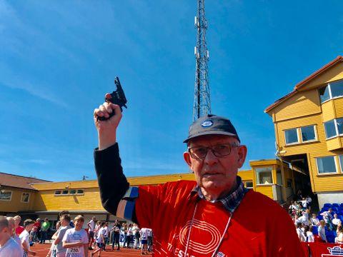 REVOLVER: – Det er ingen ekte revolver, dette. Selv om det kanskje ser slik ut, forteller Rolf Haugsvær i Gneist. – Vi har fått den av friidrettsforbundet, legger han til.