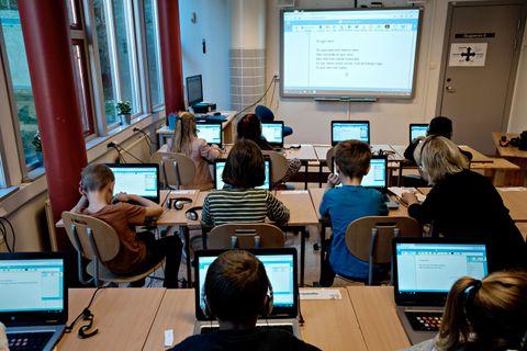 SKJERM PÅ SKJERM: Seljedalen skole har kjøpt inn 65 PC-ar av typen Chromebook. Dei er i bruk så å seie heile tida.