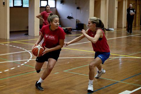 LEDESTJERNE: Karyn Sandford (til v.) er et av landets største basketballtalenter. Her passerer hun Maria Hallingstad.