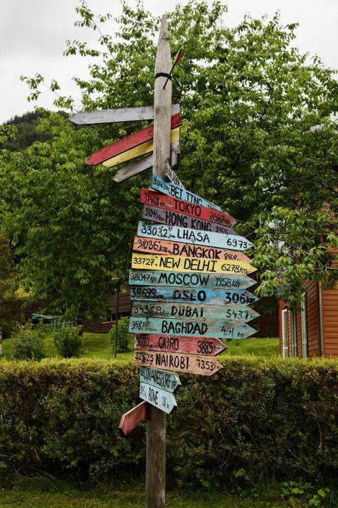 VIS VEG: Fjaler kallar seg landets mest internasjonale kommune, og skiltet er blitt sjølve symbolet på 20-åringen United World College.