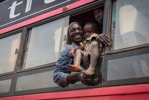 GJENFORENING: Bura er gjenforent med den yngste sønnen sin i mottakssenteret i Kagoma, Uganda. Han håper å møte resten av familien senere.
