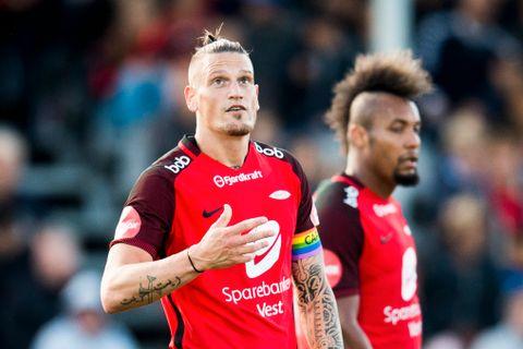 KAPTEIN: Brann-kapteinen Vito Wormgoor hadde på seg regnbuefarget kapteinsbånd i bortekampen mot Sarpsborg 08 25. juni i år.