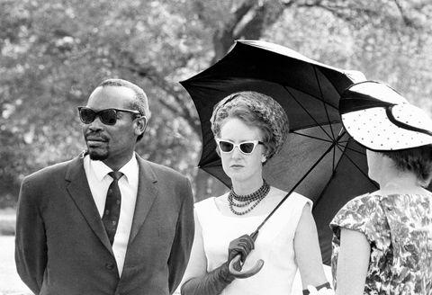Deres egne familier og flere lands regjeringer var imot ekteskapet. Ruth og Seretse Khama trosset dem alle. Her er de i 1964.