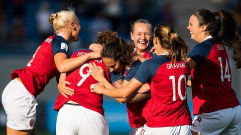 Isabell Herlovsen (nummer ni på ryggen) har sendt Norge i 2–0-ledelse og gratuleres av lagvenninnene.
