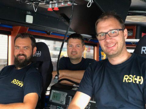 I BÅT: Lars Morten Herheim, Kjetil Solheim og Øystein Samberg hjelper folk på sjøen.