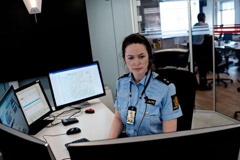 FORSØKER ALT: Politibetjent Linda Hammersland (39) på Vest politidistrikts operasjonssentral i Bergen forsøker alt for å lokalisere turisten Jurgen Klaus.