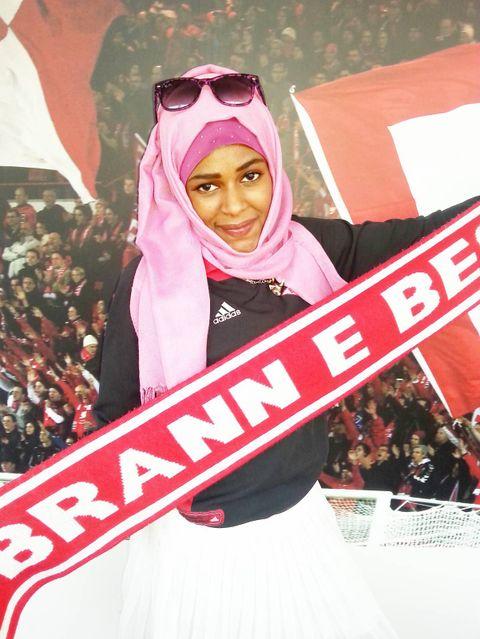 KAMPKLAR: Da en av legene oppdager at Zahra elsker fotball, sørger hun for at Zahra og Shou-Shou får billetter til en Brann-kamp. Stemningen på Stadion får dem til å glemme alt annet for en stund. FOTO:PRIVAT
