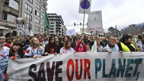 «SAVE OUR PLANET»: «Save our planet» betyr «redd planeten vår».