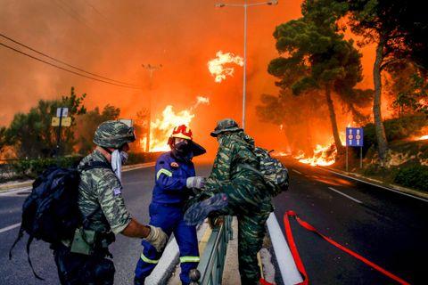 SOLDATER: Brannfolk og soldater måtte redde seg unna flammene i Rafina, nær Aten i Hellas.